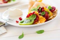 Утончите crepes с свежим кивиом, апельсином, сицилийскими листьями апельсина, меда, сливк и мяты Стоковая Фотография RF