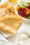 Утончите crepes с свежим кивиом, апельсином, сицилийскими листьями апельсина, меда, сливк и мяты Стоковые Изображения