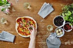 Уточняя органическая здоровая пицца с травами душицы Стоковое фото RF