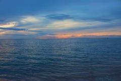 Утреннее время восхода солнца раньше Красочные небо и вода в озере с освещением отражают Стоковые Фотографии RF
