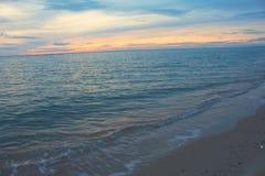 Утреннее время восхода солнца раньше Красочные небо и вода в озере с освещением отражают Стоковое Изображение
