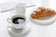 Утро бизнесмена с клавиатурой, чашкой кофе и croussant на белой предпосылке таблицы Стоковые Изображения RF