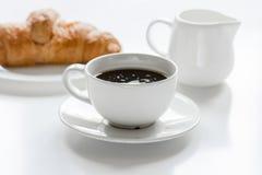 Утро бизнесмена с чашкой кофе и croussant на белой предпосылке таблицы Стоковая Фотография