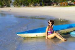 Утро бикини и каное формы женщины сексуальное на пляже Стоковое Изображение