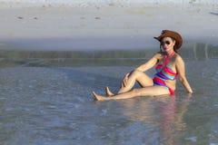 Утро бикини и шляпы формы женщины сексуальное на пляже Стоковое фото RF