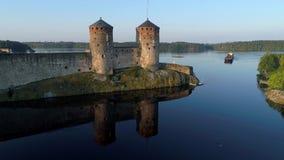 Утро в июле на видео Olavinlinna крепости воздушном Savonlinna, Финляндия сток-видео