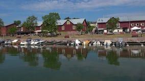 Утро в июле солнечное в старом порте Hanko, Финляндия