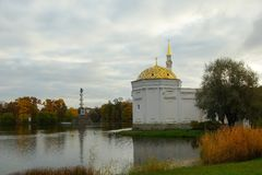Утро в октябре в парке Катрина в Tsarskoe Selo Стоковые Фотографии RF