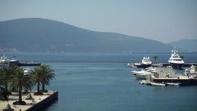 Утро в Порту Черногории Парусники в Boka преследуют, Черногория, Адриатическое море, в 4k акции видеоматериалы