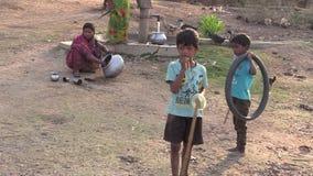 Утро в плохой индийской деревне Мальчики в Индии Зуб чистки запиток звук акции видеоматериалы