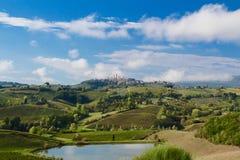 Утро в Тоскане с San Gimignano в расстоянии Стоковые Фото
