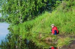 Утро лета рыбной ловли мальчика Стоковое фото RF