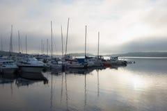 Утро лета туманное на озере Saimaa стоковые фотографии rf
