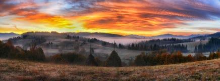 Утро живописный рассвет в прикарпатских горах Стоковое Изображение RF