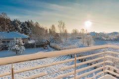 Утро зимы, взгляд на задворк от балкона Стоковые Фото