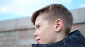 Утро идя outdoors в парк Молодой парень приниманнсяые за спорт в природе сток-видео