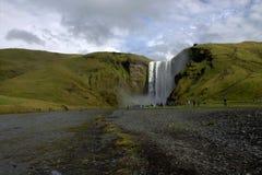 утро Исландии предыдущего высокого горизонта низкое сфотографировало производить водопад солнца skogafoss радуги южный чудесный Стоковое Изображение