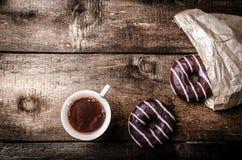 Утро - кофе и домодельные donuts заполненные с шоколадом Стоковые Изображения RF