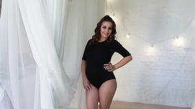 Утро молодой беременной женщины одетое в черном bodysuit будущая счастливая мать акции видеоматериалы