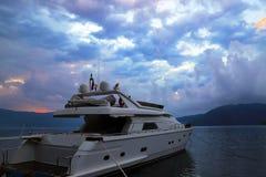 Утро на море Белая яхта стоит на доке во время восхода солнца Marmaris Стоковые Изображения RF