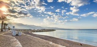 Утро на песчаном пляже в Eilat, Израиле Стоковые Фото