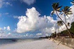 Утро на пляже на восточном побережье Занзибара, Танзании стоковое фото