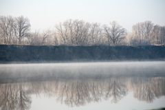 Утро на тумане реки рано утром Стоковое Фото