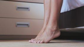 Утро, ноги конца-вверх женские идет на цыпочках в спальню Чувственная босоногая дама при славный pedicure двигая чувствительно видеоматериал