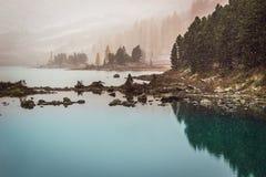 Утро озера гор морозное стоковая фотография