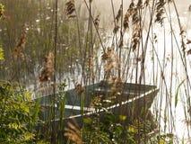 утро озера шлюпки туманное Стоковая Фотография RF