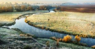 Утро туманный рассвет около живописного реки стоковое фото