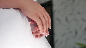 Утро ` s невесты Свадьба изящного искусства руки конца-вверх невесты лежат на белой концепции свадьбы платья внутри помещения видеоматериал