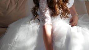 Утро ` s невесты Свадьба изящного искусства руки конца-вверх невесты лежат на белом платье внутри помещения wedding концепция видеоматериал