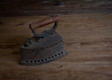 Утюг антиквариата, старый утюг, старый утюг угля на старом деревянном поле ST Стоковое Изображение RF