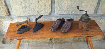 Утюг антиквариата Wo старый ржавый с деревянной ручкой, grinde кофе руки стоковая фотография rf