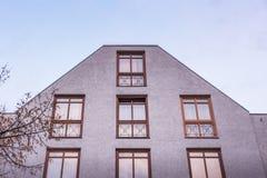 Утюг балкона немецкого фасада Builindg квартиры внешний прокладывает рельсы Mod Стоковые Фотографии RF