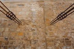 Утюг бить молотком молотком в стене Стоковые Изображения RF