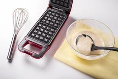 Утюг вафли на кухне, печет домодельные вафли стоковое изображение rf