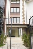 утюг загородки нанесённый Лестницы водя к входу современного экстерьера здания Фасад современного жилого дома Vacatio стоковые изображения rf