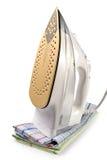 утюг изолировал полотенца белые Стоковое Изображение RF