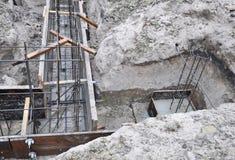 Утюг и деревянные рамки для построения конструкции uder учреждения дома Неполная строительная площадка учреждения дома стоковые изображения rf