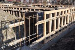 Утюг и деревянные рамки для построения конструкции uder учреждения дома Неполная строительная площадка учреждения дома стоковое фото rf