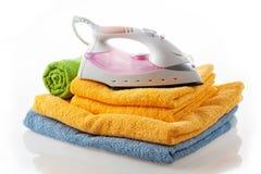 Утюг на цветастых полотенцах Стоковые Фото