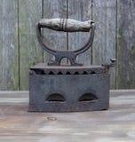Утюг старый с деревянной ручкой Стоковые Фотографии RF