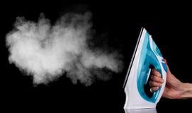 Утюг с паром, на черноте стоковое изображение rf
