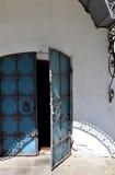 Утюг церков выковал дверь и белую стену Стоковые Изображения