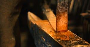 Утюг штанги горячий на наковальне Стоковая Фотография