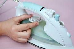 Утюжа чистое белье с горячим утюгом Стоковые Изображения