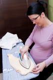 утюживя беременная женщина Стоковое Изображение