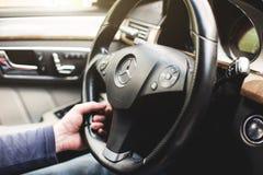 Уфа, Россия, 11-ое мая 2018: Рука водителя конца-вверх держит колесо автомобиля Мерседес-Benz стоковые изображения